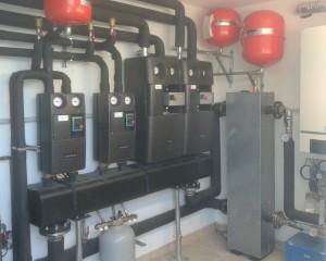 LA CENTRALE TERMICA completa di gruppi di rilancio, collettore e caldaia a condensazione da 100 kW.