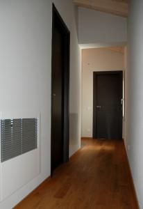 Particolare del corridoio al I piano ,dettaglio deumidificatore incassato a parete.