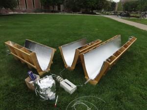 ACQUA PULITA DAGLI SPECCHI. Ecco alcuni dei prototipi sviluppati per concentrare i raggi ultravioletti verso i tubi trasparenti, posti nel fuoco delle superfici riflettenti a sezione parabolica, nei quali scorre l'acqua da disinfettare. I risultati finora ottenuti dal gruppo di ricerca della Purdue University sono molto promettenti. (FOTO Prof. Ernest R. Blatchley III)