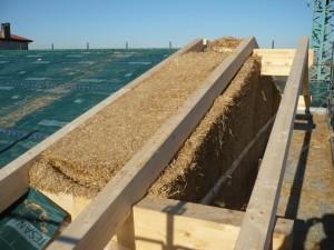 MURO VEGETALE. Ecco come si presentava il nodo fra il muro in balloni di paglia e il tetto durante la costruzione: ciascuno dei componenti è stato disegnato e prodotto su misura, risolvendo tutti gli aspetti tecnico-costruttivi.