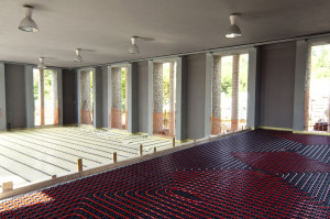 Negli uffici al piano rialzato (e nel magazzino posto al piano interrato), che registreranno un carico standard del pavimento, è stato applicato Fonterra Base 30-2, sistema radiante con pannelli modulari a bugne.