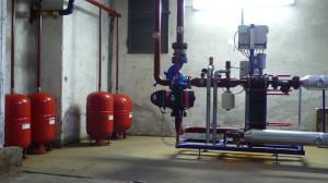LA CENTRALE TERMICA. Il condominio è servito dal teleriscaldamento, quindi è dotato di uno scambiatore termico che preleva calore dalla rete e lo trasferisce al fluido di circuito dell'impianto centralizzato dell'edificio, che lo dirama ai vari terminali.