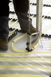 Per la stesura dei tubi, Fonterra Industry combina due soluzioni: per superare grandi distanze e rettilinei è disponibile un binario, applicabile sullo strato di isolamento; per descrivere curve, il tubo, in questo caso la variante PE-Xc 20x2,0 mm, è fissato con graffe mediante un utensile dall'utilizzo intuitivo.