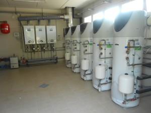 LA CENTRALE TERMICA, composta da 3 moduli da 150 kW Ariston Thermo e 5 pompe di calore Nuos 250 abbinate al solare per la mensa e gli spogliatoi.