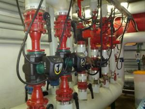 Il collettore della centrale termica da cui partono diversi circuiti (riscaldamento e uta), (fonte: AEVV)
