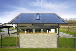L'impianto fotovoltaico completamente integrato nella copertura del tetto provvede al completo fabbisogno di produzione di corrente elettrica.