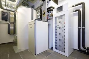 Al riscaldamento, raffrescamento e acqua sanitaria provvede un sistema in pompa di calore Stiebel Eltron WPF 13 cool.
