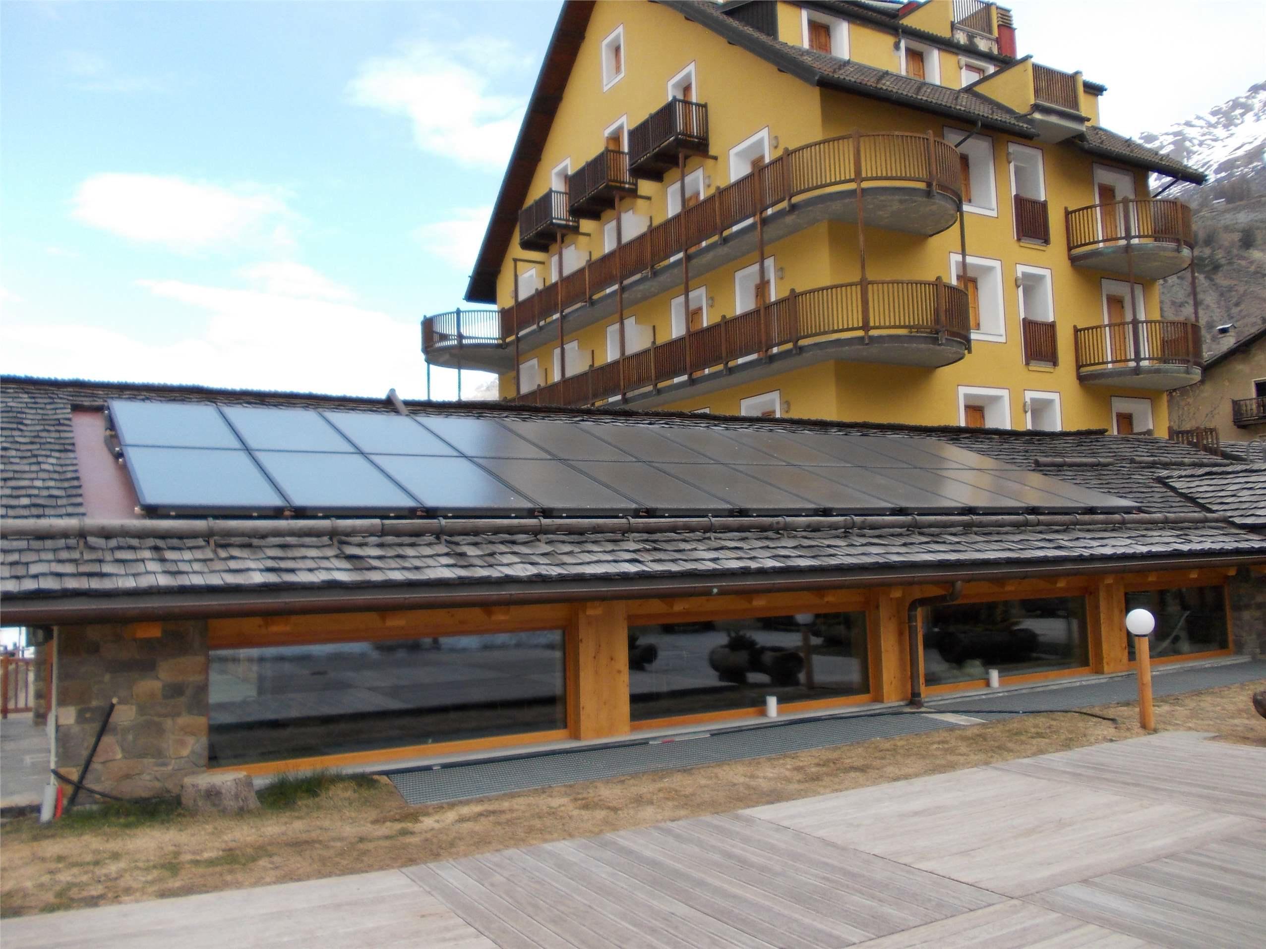Caldaia a cippato e solare termico per il comfort in hotel for Piani del padiglione della piscina