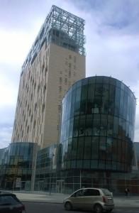 LA TORRE PANORAMICA Skyline 18 si trova nel cuore di Brescia ed è composta da 18 piani in vetro, pietra e acciaio.