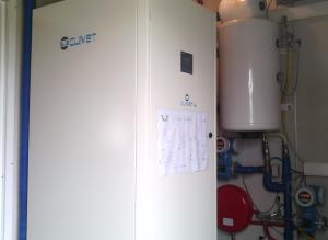 La pompa di calore  installata ha una potenza termica nominale (B0/W45) di 5,94 kW, potenza assorbita totale di 1,85 kW, COP di 3,16, potenza frigorifera nominale (B35/W7) di 6,69 kW, potenza assorbita totale di 1,75 kW ed EER di 3,83.