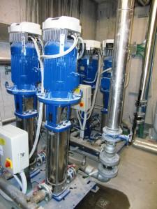 I GRUPPI DI PRESSIONE Lowara serie GHV sono booster completamente automatici per la fornitura d'acqua, dotati di 2-4 pompe a velocità variabile con un controllore Hydrovar, trasmettitori di pressione e pannello di comando.