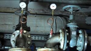 CHIUDERE IL CICLO. Oltre alle 2 pompe di presa (portata circa 7 l/s; prevalenza circa 3,14 bar) e ai filtri, a valle della pompa di calore sarà realizzato un pozzo di resa per restituire alla falda l'acqua utilizzata.