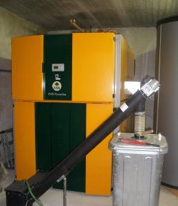 L'IMPIANTO. Le due caldaie a gas preesistenti sono state sostituite con una caldaia a pellet KWB Powefire con una potenza nominale pari a 300 kW, in grado di coprire il fabbisogno termico base.