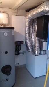 SECONDA VILLETTA: l'impianto è composto da pompa di calore, collettori solari, ventilazione meccanica e moduli fotovoltaici.