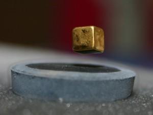 LEVITAZIONE MAGNETICA di un cubo al di sopra di un anello superconduttore raffreddato con azoto liquido.