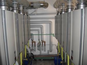 IL NUOVO IMPIANTO. Vista laterale dei moduli Rinnai Modus Infinity e dei tubi che collegano gli accumuli agli scaldacqua.