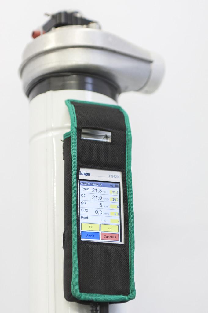 UNA PRATICA CUSTODIA permette di proteggere l'analizzatore: per fissarlo a tubazioni e caldaie, è sufficiente tenere sollevata la copertura a strappo.