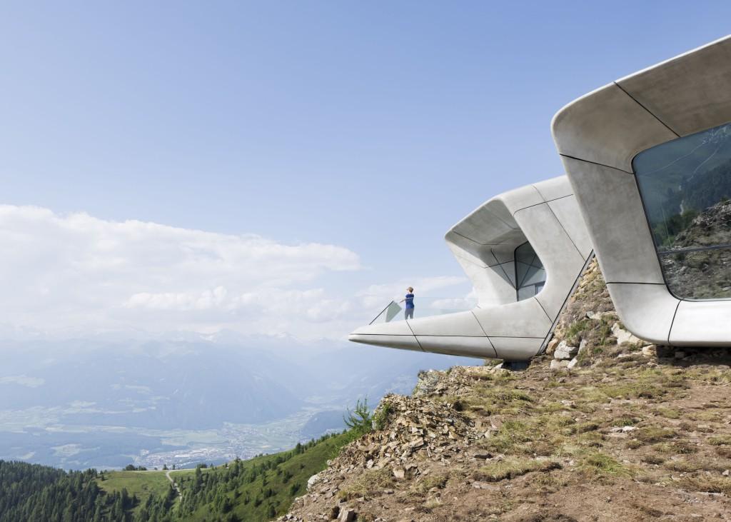 DALLA TERRAZZA PANORAMICA che conclude il percorso museale i visitatori del MMM Plan de Corones possono ammirare il suggestivo panorama montano che ha ispirato le imprese di Reinhold Messner fin dalla tenera età. - FOTO CORTESIA WERNER HUTHMACHER-