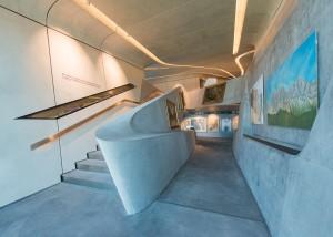 GLI AMBIENTI INTERNI sono caratterizzati da spazi fluidi e continui, percorrendo i quali i visitatori possono ammirare reperti, citazioni e opere d'arte che descrivono l'evoluzione dell'alpinismo negli ultimi 250 anni. - FOTO CORTESIA WISTHALER HARALD K.G. & Co. - S.a.s. & C. -
