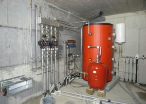 L'IMPIANTO DI RISCALDAMENTO è del tipo a bassa temperatura, basato su un boiler (2.000 l) dotato di resistenza elettrica (60 kWe per il riscaldamento, più 1,5 kWe per l'acqua calda sanitaria) e su pavimenti radianti. - TERMOTECNICA KASTLUNGER -