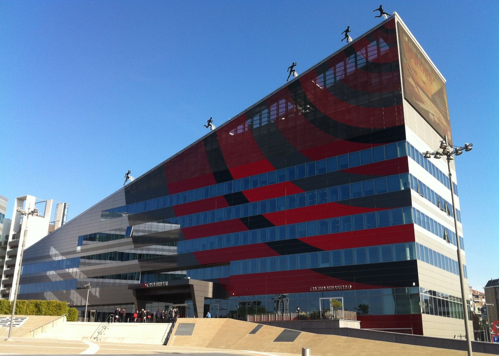 """""""CASA MILAN"""", il nuovissimo headquarter del Milan è un edificio di 9.000 m2 realizzato in Via Aldo Rossi a Milano."""