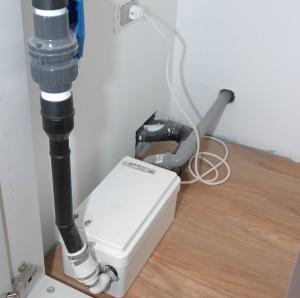 LA POMPA PER ACQUE CHIARE. Sanishower, particolarmente indicata per lo scarico delle docce, è stata collocata all'interno della zona spogliatoio e gestisce gli scarichi di 4 docce.