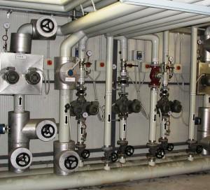 UN'OPPORTUNA separazione dei circuiti di distribuzione dei fluidi termovettori, se necessario, potrebbe consentire di mantenere in funzione parte dell'impianto anche durante il periodo di chiusura per ferie.