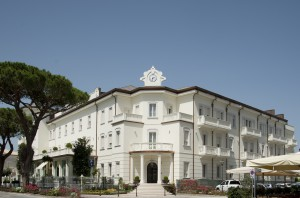 IL GRAND HOTEL. Il rinnovato edificio, frutto delle riqualificazione dell'ex Colonia Veronese, accoglie un albergo a 5 stelle sontuosamente rifinito per assicurare il massimo comfort agli ospiti.