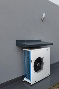 LA POMPA DI CALORE esterna aria-acqua per la produzione di acqua calda sanitaria, riscaldamento e raffrescamento.