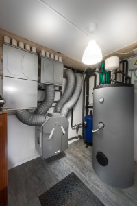 IL LOCALE TECNICO situato nel piano interrato dove convergono gli impianti elettrici e termici: accumulo di 500 litri per l'acqua calda sanitaria, collettori e testine della pompa di calore esterna, sistema di ventilazione meccanica.
