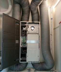 VENTILAZIONE MECCANICA. L'impianto preposto al ricambio igienico dell'aria è dotato di scambiatore di calore in controcorrente ad alta efficienza (92÷95%%), che riduce le perdite di calore e garantisce un elevato comfort interno.