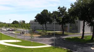 """IL """"LEAF LAB"""", costruito in classe A+, è considerato un edificio altamente """"connettivo"""" perché è in grado di scambiare energia e di gestire i flussi energetici e le informazioni con gli altri edifici industriali della rete."""