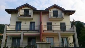LE DUE VILLETTE A SCHIERA, ubicate nel comune di Pusiano (LC), sono perfettamente identiche: stesse fondamenta, stesse mura, stessa società costruttrice ma impianti differenti.