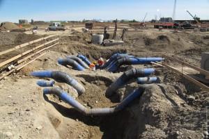 Operai al lavoro sulle tubazioni nei pressi del tracciato del decumano (maggio 2013)