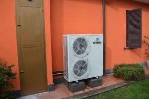 La pompa di calore Aermec SRA da 14 kW alimenta un boiler da 500 l installato all'interno della casa.