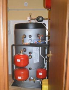 IL TERMOACCUMULO scalda i tradizionali termosifoni in alluminio, portando la temperatura dell'acqua tra i 50 e i 55 °C, e fornisce l'acqua calda sanitaria.