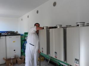 L'INSTALLATORE Paolo Barbato durante la fase di posa dei moduli Modus Infinity.