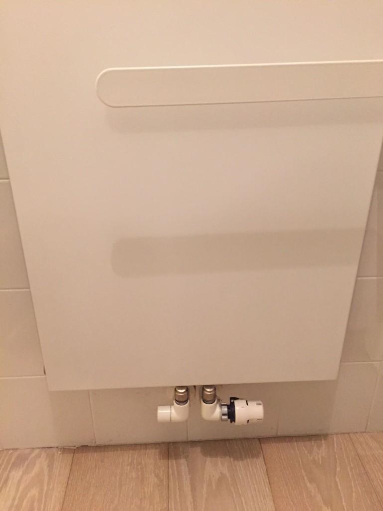 INSTALLAZIONE. Foto di una valvola termostatica montata su uno scaldasalviette.